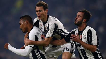 Alex Sandro (kiri) merayakan gol bersama para pemain Juventus. - INDOSPORT