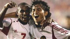 Indosport - Ilham Jayakesuma (kanan) dan Boaz Solossa melakukan selebrasi usai kalahkan Malaysia dengan skor 4-1 pada Piala AFF 2004.