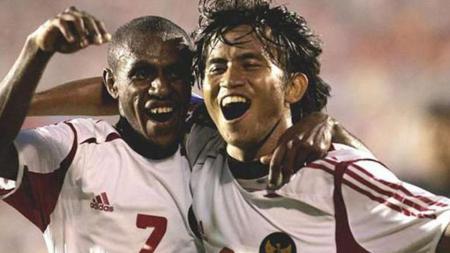 Ilham Jayakesuma (kanan) dan Boaz Solossa melakukan selebrasi usai kalahkan Malaysia dengan skor 4-1 pada Piala AFF 2004. - INDOSPORT