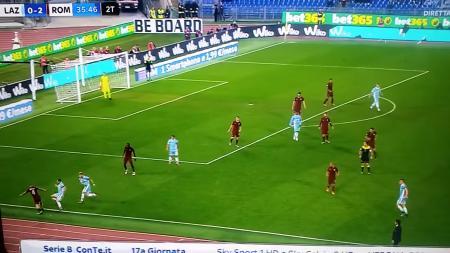 Radja Nainggolan menunjukkan kelihaiannya melakukan dribel saat menghadapi Lazio (04/12/16). - INDOSPORT