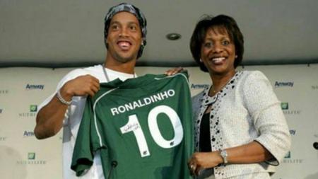 Ronaldinho saat diperkenalkan sebagai duta untuk sebuah produk kesehatan. - INDOSPORT