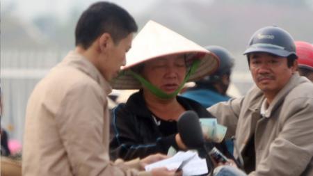 Seorang calo tengah menawarkan tiket laga Indonesia melawan Vietnam kepada calon pembeli (05/12/16). - INDOSPORT