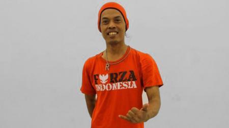 Ronaldikin, salah satu pendukung Timnas Indonesia dengan kaus bertuliskan Forza Indonesia. - INDOSPORT