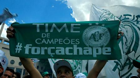 Fans membentangkan scarf Chapecoense. - INDOSPORT