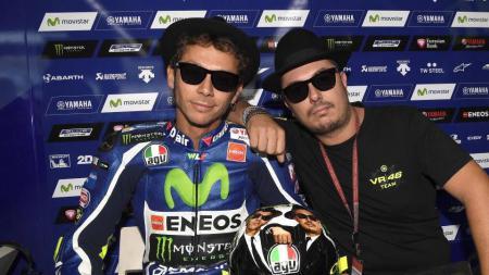 Valentino Rossi berfoto bersama sahabatnya Uccio Salucci. - INDOSPORT