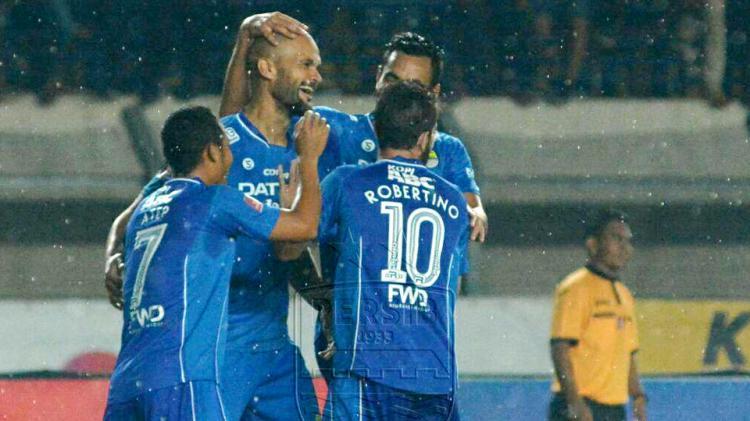 Sergio van Dijk merayakan gol bersama rekan satu timnya. Copyright: INTERNET
