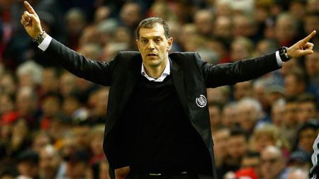 Ekspresi Slaven Bilic saat melawan Liverpool. - INDOSPORT