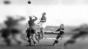Beb Bakhuys saat mencetak gol dengan cara sundulan.