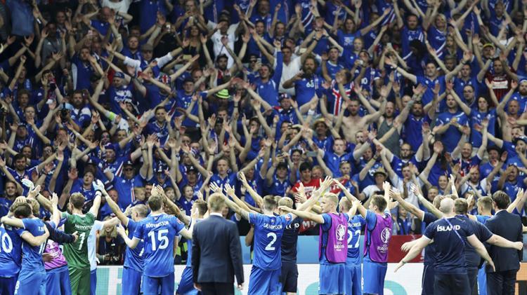 Aksi Iceland Claps suporter Islandia di ajang Euro 2016. Copyright: INTERNET