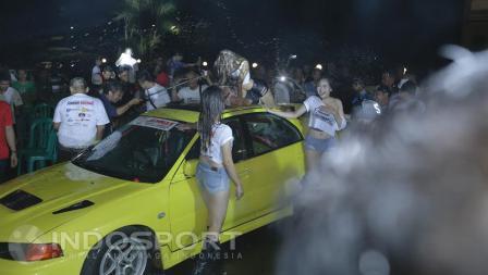 Komunitas Jambore Nasional Lancer Indonesia terlihat menikmati adanya aksi Girl Car Wash.