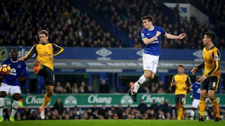 Seamus Coleman saat mencetak gol yang menyamakan kedudukan Everton dengan Arsenal. - INDOSPORT