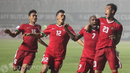 Bek tengah Timnas Indonesia, Hansamu Yama Pranata (kanan) masuk nominasi penghargaan pemain muda terbaik Piala AFF 2016. - INDOSPORT