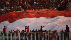 Indosport - Suporter Timnas Indonesia kibarkan bendera Merah Putih di Stadion Pakansari, Bogor.
