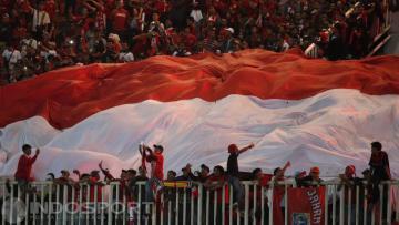 Suporter Timnas Indonesia kibarkan bendera raksasa Merah-Putih di Stadion Pakansari, Bogor.