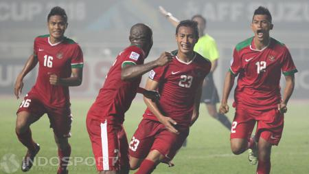 Iko Uwais dan tim beri dukungan kepada Timnas Indonesia di leg kedua final Piala AFF 2016. - INDOSPORT