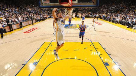 Pemain Golden State Warriors, Klay Thompson, berhasil memasukkan bola ke ring basket New York Knicks. - INDOSPORT