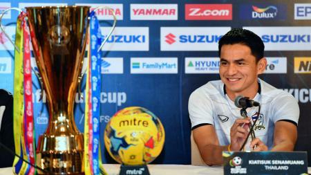 Kiatisuk Senamuang tersenyum saat konferensi pers Piala AFF Suzuki Cup 2016. - INDOSPORT