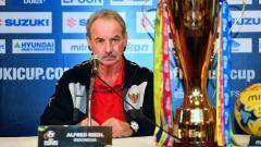 Indosport - Pelatih Timnas Indonesia, Alfred Riedl menatap trofi Piala AFF Suzuki CUp 2016.