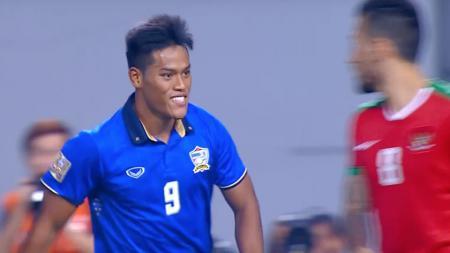 Selebrasi Siroch Chatthong usai mencetak gol ke gawang Timnas Indonesia. - INDOSPORT