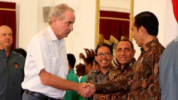Pelatih Timnas Indonesia, Alfred Riedl disambut Presidena RI Joko Widodo.