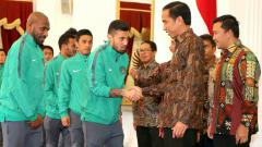 Indosport - Presiden Jokowi menyalami beberapa pemain Timnas Indonesia di Istana Negara.