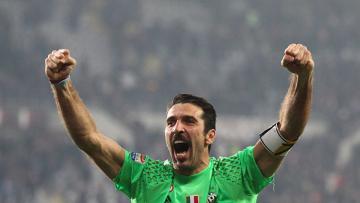 Kiper Juventus, Gianluigi Buffon sedang merayakan kemenangan timnya.