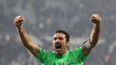 Kiper Juventus, Gianluigi Buffon sedang merayakan kemenangan timnya. - INDOSPORT