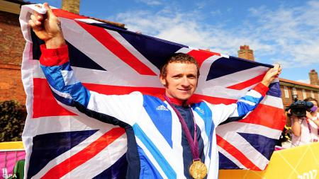 Bradley Wiggins di Olimpiade 2012 membawa bendera 'Great Britain'. - INDOSPORT