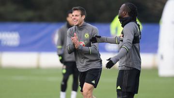 Cesar Azpilicueta (kiri) dan Victor Moses dalam sesi latihan Chelsea (09/12/16).