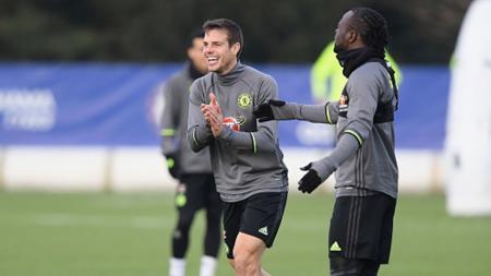Cesar Azpilicueta (kiri) dan Victor Moses dalam sesi latihan Chelsea (09/12/16). - INDOSPORT