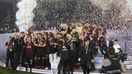 Aksi selebrasi AC Milan juara Supercoppa Italia 2016 usai menang atas Juventus 1-1 (4-5 adu penalti). - INDOSPORT