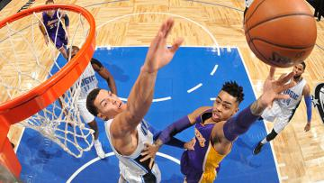 D'Angelo Russell (kanan) berusaha memasukan bola ke ring basket Orlando Magic.