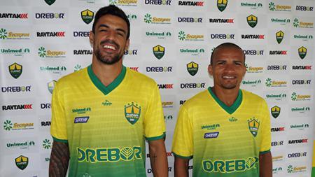 Alex Willian Costa Silva (kiri) bersama rekan setimnya di klub Cuiaba. - INDOSPORT