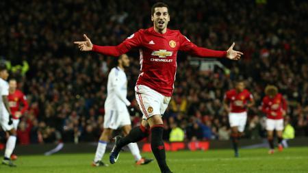 Gelandang Manchester United, Henrikh Mkhitaryan melakukan selebrasi usai mencetak gol menggunakan tumit. - INDOSPORT