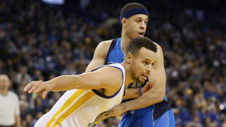 Stephen Curry (depan) berusaha melewati Seth Curry. - INDOSPORT