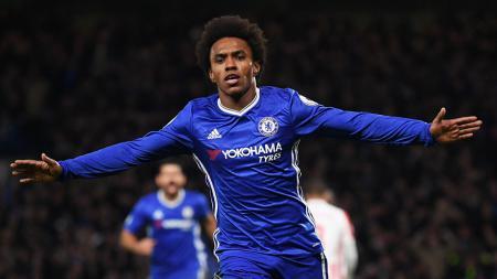 Willian berhasil mencetak 2 gol saat Chelsea melawan Stoke City. - INDOSPORT