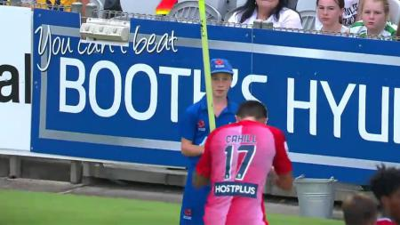 Seorang anak gawang berusaha mengganggu selebrasi Tim Cahill usai mencetak gol. - INDOSPORT