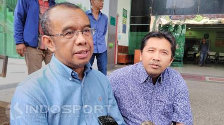 Gatot S Dewa Broto usai mengunjungi Achmad Kurniawan di ruang perawatan Instalasi Gawat Darurat RSU Syaiful Anwar Kota Malang. - INDOSPORT