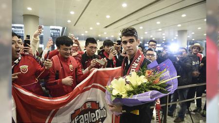 Disambut bak pangeran, Oscar akan ramaikan Liga Super China. - INDOSPORT