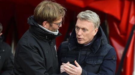 Eks pelatih Manchester United, David Moyes saat memberi tahu sesuatu kepada Jurgen Klopp. - INDOSPORT