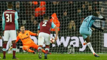 Yaya Toure sukses membuka keunggulan Manchester City atas West Ham melalui titik putih.