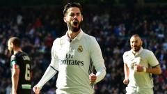 Indosport - Isco lakukan selebrasi usai cetak gol ke gawang Granada.
