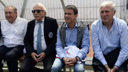 Gerard Houllier dan Luis Fernandez beserta jurnalis olahraga. - INDOSPORT