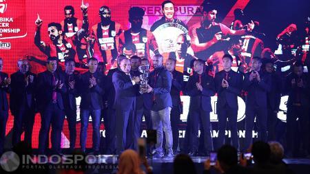 Penyerahan Piala kepada Persipura Jayapura sebagai juara kompetisi TSC 2016. - INDOSPORT