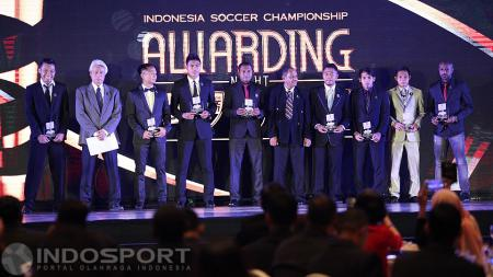 Penyerahan penghargaan The Best Starting Eleven TSC 2016. - INDOSPORT