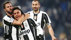 Indosport - Paulo Dybala selebrasi bersama Miralem Pjanic.