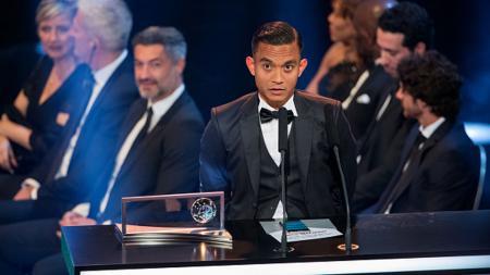 Mohd Faiz Subri setelah menerima penghargaan di Zurich, Swiss. - INDOSPORT