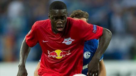 Bintang RB Leipzig, Dayot Upamecano, masih jadi incaran Manchester United. - INDOSPORT