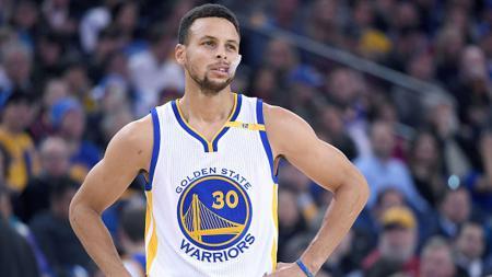 Stephen Curry harus absen minimal tiga bulan setelah mengalami cedera patah tangan dalam pertandingan antara Golden State Warriors menghadapi Phoenix Suns, Kamis (31/10/19). - INDOSPORT