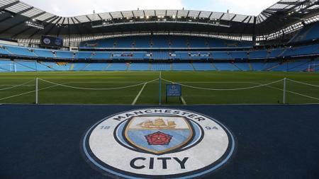 Logo Manchester City terbentang di Etidah Stadium. - INDOSPORT